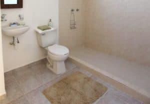 10 tips memilih keramik kamar mandi yang sempit