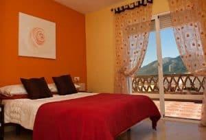 Kamar Tidur Utama dengan Warna Cerah