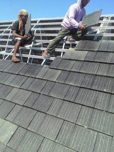 pemasangan genteng beton
