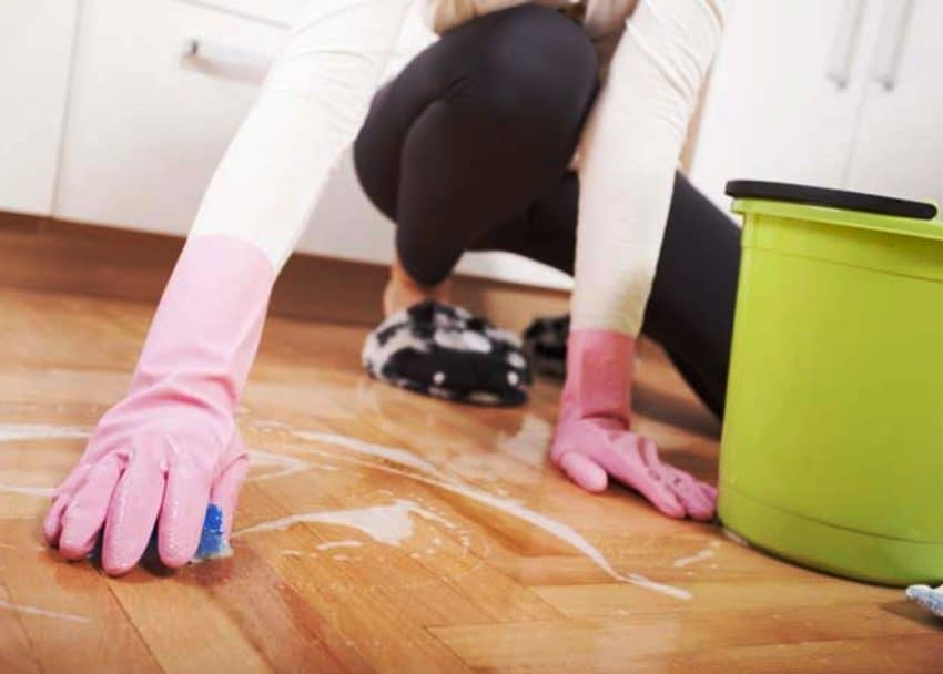 6 Cara Membersihkan Lantai Keramik Yang Berkerak