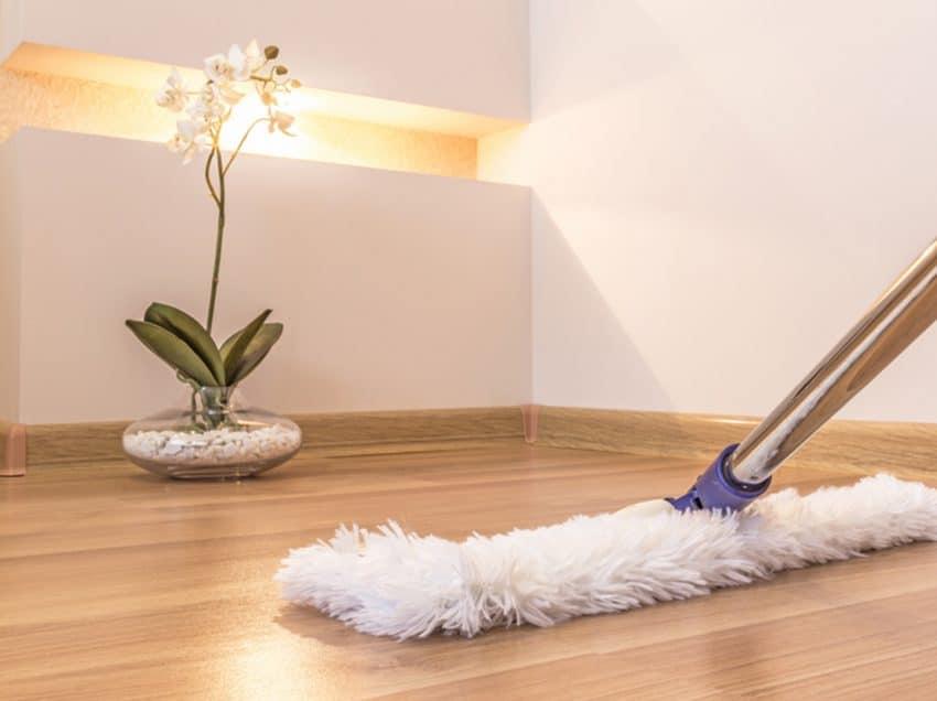 7 Cara Membersihkan Lantai Kayu yang Baik dan Benar