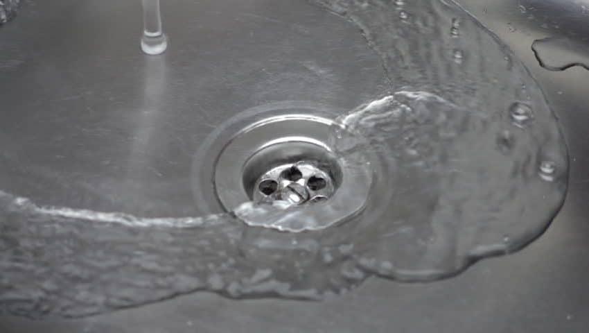 3 Cara Melancarkan Saluran Air yang Tersumbat