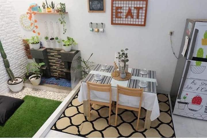 Ruang makan dekat taman kecil