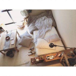 Meja Kayu Disamping Tempat Tidur